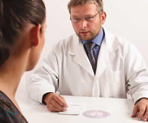 На приеме дерматовенеролог дает рекомендации по диагностике и лечению вагинального герпеса