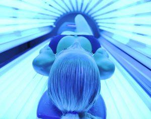 vliyanie-ultrafioletovyh-luchej-v-solyarii-pri-gerpese-300x235.jpg